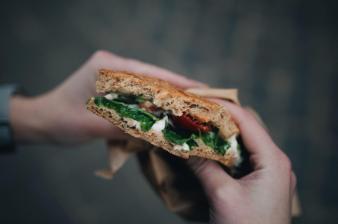 """Veganes Sandwich aus einem kleinen """"Hipster Café"""" (Salad & Juice)"""